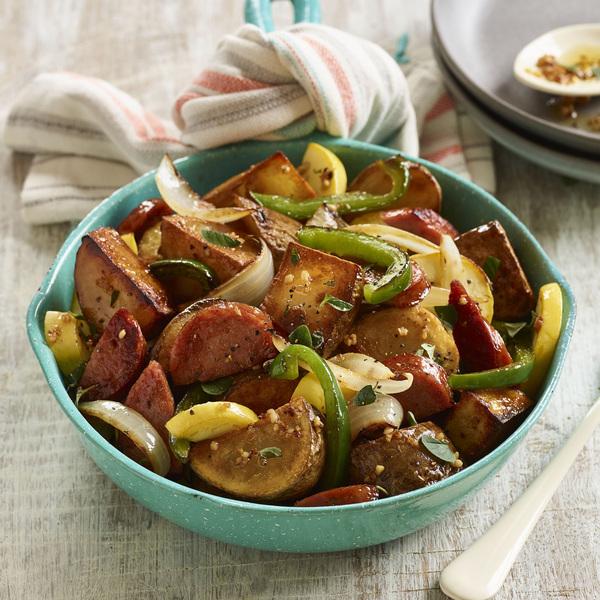 Papas crujientes de Idaho® con verduras de verano y salchicha